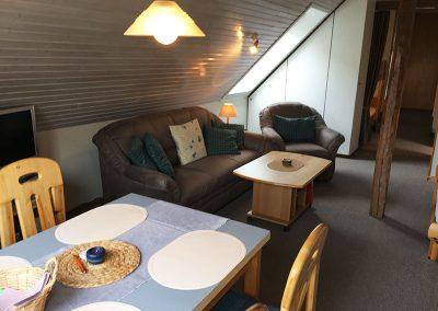 Wohnraum mit Schlafnischen – Doppelbett und zusätzliche Aufbettung im Eingangsbereich