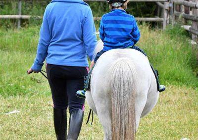 Geführtes Ponyreiten: Immer wieder ein Highlight für unsere kleinen Gäste.