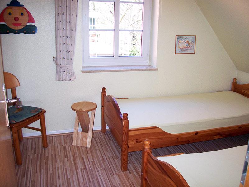 kinderzimmer mit 2 einzelnen betten ferienhof l ders k neke in klausdorf auf fehmarn. Black Bedroom Furniture Sets. Home Design Ideas