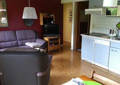 Ferienwohnung 2 - Wohnzimmer mit offener Küchenzeile