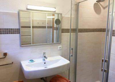 Ferienwohnung 3 - Fußbodenheizung im Bad mit bodentiefer Dusche und Regenschauerduschkopf sowie Handtuchwärmer.