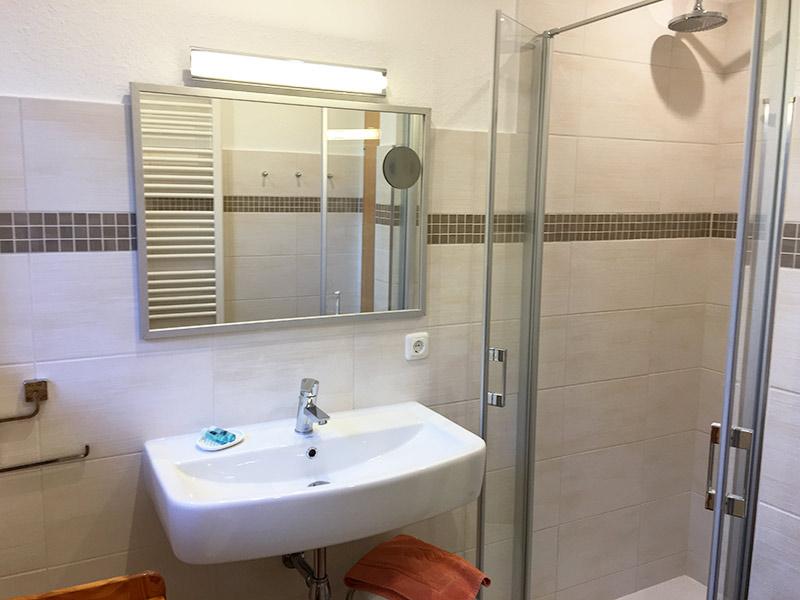 Ferienwohnung 3 - Fußbodenheizung im Bad mit bodentiefer ...