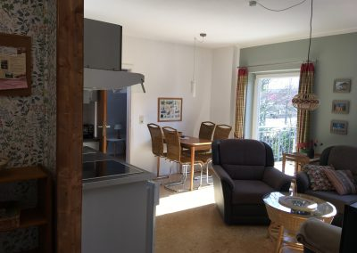 Wohnraum mit offener Küche und Eßtisch